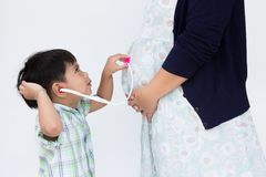 Il ragazzo della lettiera sta indossando lo stetoscopio fotografia stock