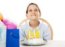 Il ragazzo di compleanno fa il desiderio Fotografie Stock