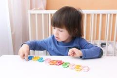 Il ragazzo di due anni gioca i numeri Immagine Stock