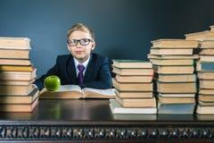Il ragazzo di scuola astuto ha una grande idea! Immagini Stock