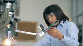 Il ragazzo di scuola sta riparando un robot 4K stock footage
