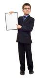 Il ragazzo di scuola in vestito e la carta in bianco rivestono in lavagna per appunti su bianco isolata, concetto di istruzione Fotografia Stock