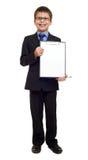 Il ragazzo di scuola in vestito e la carta in bianco rivestono in lavagna per appunti su bianco isolata, concetto di istruzione Fotografia Stock Libera da Diritti