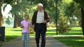 Il ragazzo dice il nonno circa il giorno a scuola, fidandosi delle relazioni e dell'amicizia stock footage