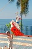 Il ragazzo direzione un piñata in Puerto Vallarta, Messico fotografia stock libera da diritti