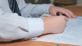 Il ragazzo disegna le immagini facendo uso dei gessi e delle matite di colore video d archivio
