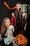 Il ragazzo e la ragazza che portano i costumi di Halloween Fotografia Stock