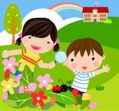 Il ragazzo e la ragazza con la lente d'ingrandimento con la signora ostacolano Immagine Stock Libera da Diritti
