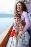 Il ragazzo e la ragazza con la madre si levano in piedi sulla piattaforma della nave Immagini Stock