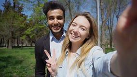 Il ragazzo e la ragazza musulmani si sono applicati all'anagrafe e chiama la t immagini stock