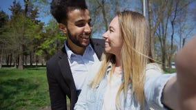 Il ragazzo e la ragazza musulmani si sono applicati all'anagrafe e chiama la t fotografie stock libere da diritti