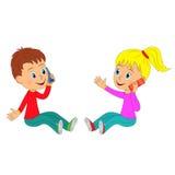 Il ragazzo e la ragazza sono sedentesi e parlanti sul telefono Immagine Stock Libera da Diritti