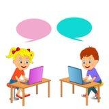 Il ragazzo e la ragazza sono stanno sedendo alla tavola con il computer portatile Fotografia Stock