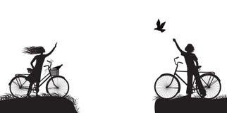 Il ragazzo e la ragazza sulla bicicletta che si ondeggia ed il ragazzo libera il piccione, due amanti sulla bicicletta, in bianco royalty illustrazione gratis