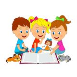 Il ragazzo e le ragazze stanno leggendo un libro Fotografie Stock Libere da Diritti