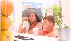 Il ragazzo e sua madre si siedono ad una barra stock footage