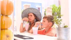 Il ragazzo e sua madre si siedono ad una barra video d archivio