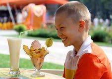 Il ragazzo e un dessert immagini stock