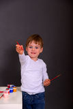 Il ragazzo estrae le pitture variopinte Fotografie Stock