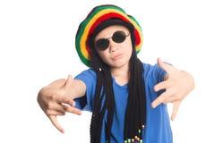 Il ragazzo europeo in un cappuccio con i dreadlocks canta il rap Fotografia Stock