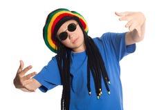 Il ragazzo europeo in un cappuccio con i dreadlocks canta il rap Fotografie Stock Libere da Diritti
