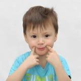Il ragazzo fa un sorriso Fotografie Stock Libere da Diritti