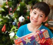 Il ragazzo felice è celebra il nuovo anno Immagine Stock