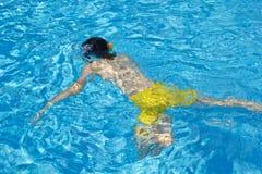 Il ragazzo felice è nella piscina Immagini Stock