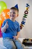 Il ragazzo felice celebra il compleanno Fotografie Stock