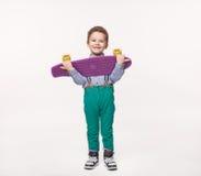 Il ragazzo felice ha ricevuto un bordo nuovissimo del pattino del regalo immagini stock
