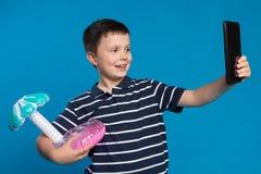 Il ragazzo felice tiene il cerchio gonfiabile con la palma e prende le immagini se stesso, sogni del viaggio, concetto fotografie stock libere da diritti