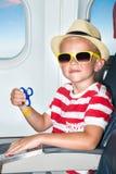 Il ragazzo gioca con il filatore sull'aereo Giocattoli operati fotografia stock