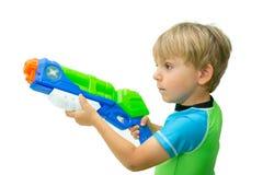 Il ragazzo giudica la pistola a acqua isolata su bianco Fotografie Stock Libere da Diritti