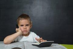 il ragazzo gradisce un uomo d'affari con testo che CERCA UN LAVORO Fotografie Stock