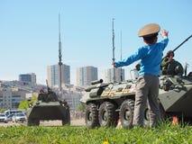 Il ragazzo ha accolto favorevolmente il passaggio dei convogli militari Immagine Stock Libera da Diritti
