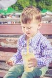 Il ragazzo ha aggrottato le sopracciglia quando ha assaggiato un seme del limone amaro Immagini Stock Libere da Diritti