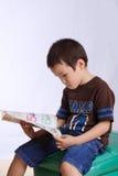Il ragazzo ha letto il libro Immagine Stock