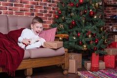 Il ragazzo ha svegliato e si rallegra nel regalo immagini stock libere da diritti