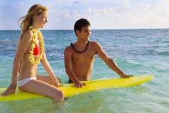 Il ragazzo hawaiano della spiaggia insegna a praticare il surfing Immagine Stock