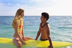 Il ragazzo hawaiano della spiaggia insegna a praticare il surfing Fotografia Stock Libera da Diritti