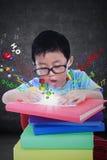 Il ragazzo impara con i manuali e la formula Immagine Stock
