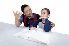 Il ragazzo impara contare con il papà Immagini Stock Libere da Diritti