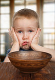 Il ragazzo impertinente biondo sveglio rifiuta di mangiare Immagini Stock