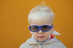 Il ragazzo indossa i vetri ed è serio Fotografia Stock