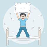 Il ragazzo inizia la lotta di cuscino Bambino con il cuscino sul letto Fotografia Stock