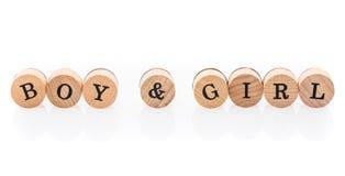 Il ragazzo & la ragazza di parola dalle mattonelle di legno circolari con i bambini delle lettere giocano immagini stock libere da diritti