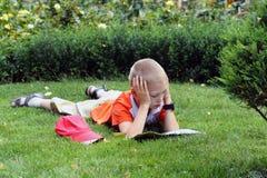 Il ragazzo legge fotografia stock