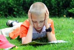 Il ragazzo legge Fotografia Stock Libera da Diritti