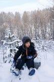 Il ragazzo in legno di inverno Fotografie Stock