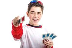 Il ragazzo liscio-pelato Caucasian indossa i vetri 3D che offrono uno Immagine Stock